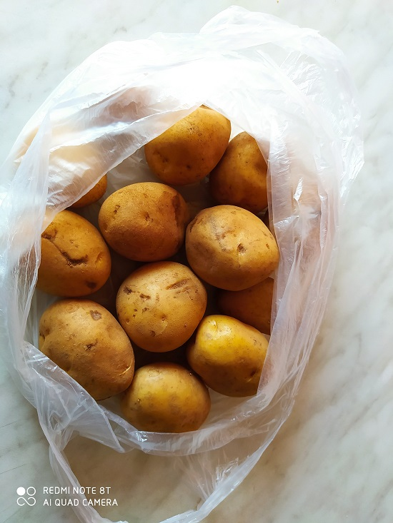 svježi krumpir u vrećici