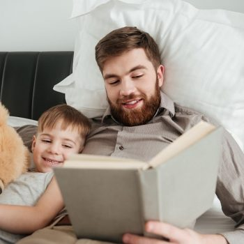 roditelj čita djetetu
