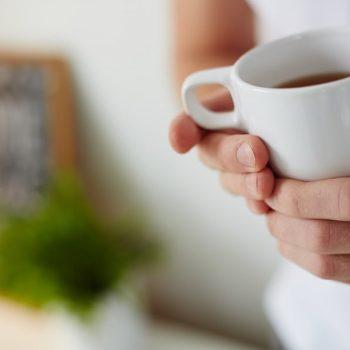 čaj u ruci